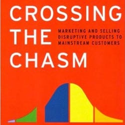 Crossing the Chasm: Marketing and Selling Disruptive Products to Mainstream Customers de Geoffrey A. Moore
